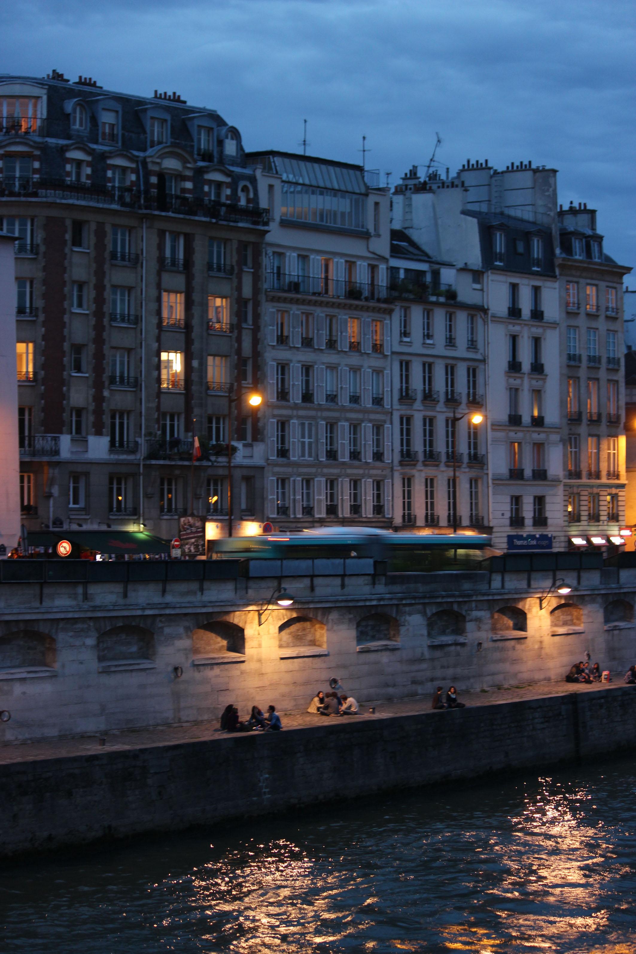 Photographie - Paris - Les Bords de Seine by night - Violaine Martin Créations - Design textile - tissage jacquards, unis et velours - aquarelles botaniques - Hauts-de-France